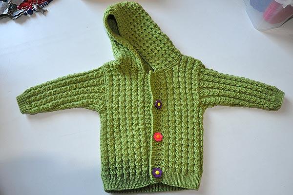 yeşil saç örgülü erkek bebek hırka örneği