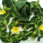 yeşil yün ve boncukla örülmüş modern kolye modeli
