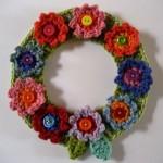 çiçek motifli düğmelerle süslenmiş kapı süsü