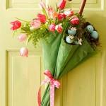 şemsiyeden yapılan çiçekli yeşil kapı süsü