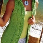 şişle örülmüş fıstık yeşili örgü yelek modeli