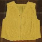 şişle örülmüş sarı örgü yelek modeli
