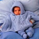 açık mavi kapşonlu bebek pelerin modeli