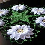beyaz çiçek motifli çeyizlik dantel örtü modeli