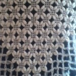beyaz fıstıklı örgü şal modeli