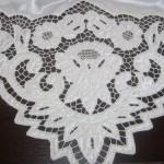 beyaz işle yapılmış dantel bohça örneği