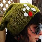 düğmelerle süslenmiş yeşil kolay bayan bere modeli