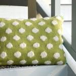 fıstık yeşili beyaz ponponlu örgü kırlent modeli