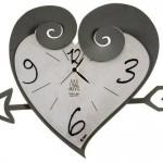 gri kalp şeklinde duvar saati modeli