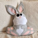 gri tavşan desenli peluş yastık modeli