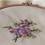 küçük çiçek işlemeli kasnak nakışı örneği