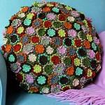 küçük renkli çiçekli örgü yuvarlak kırlent modeli