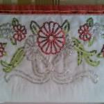 kırmızı çiçek motifli pullu havlu kenarı modeli
