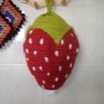 kırmızı çilek desenli örgü poşetlik torbası