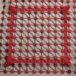 kırmızı boncuklu kasnak işi örtü modeli