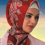 kırmızı broşlu eşarp bağlama modeli
