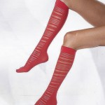 kırmızı diz altı çorap modeli