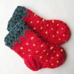 kırmızı el örgüsü bebek çorap modeli