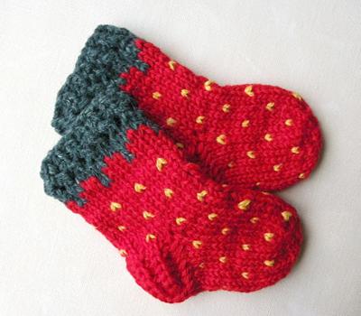 Çorap modelleri kırmızı el örgüsü bebek çorap modeli