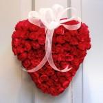 kırmızı güllü kalp şeklinde kapı süsü