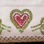 kırmızı kalp ve güllü pullu havlu kenarı modeli