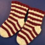 kırmızı krem el örgüsü çorap modeli