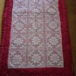 kırmızı kumaş üzeribe yapılmış dantel seccade modeli