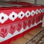 kırmızı lale desenli dantel karyola takımı