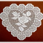 kalp desenli çeyizlik dantel örtü modeli