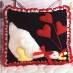 kalp desenli kuğulu örgü kırlent modeli