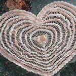 kalp motifli çeyizlik dantel örtü modeli
