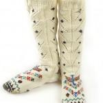 krem rengi işlemeli uzun el örgüsü çorap modeli