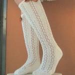 krem rengi uzun el örgüsü çorap örneği