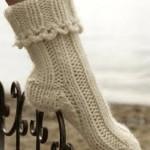 kremrengi yarım boğazlı el örgüsü çorap modeli