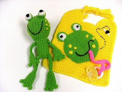 kurbağa desenli oyuncaklı bebek önlük modeli