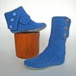mavi düğmeli el örgüsü çorap modeli
