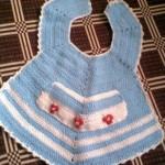 mavi renkli çiçekli bebek önlük modeli