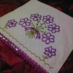 mor çiçek desenli pullu havlu kenarı modeli