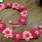 pembe çiçek desenli örgü kemer modeli
