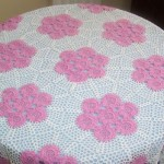 pembe çiçek desenli fiskos masa örtüsü modeli