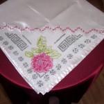 pembe çiçek işlemeli dantel bohça modeli