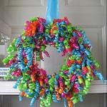 rafyalardan yapılan renkli parti kapı süsü