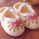 renk renk çiçek işlemeli bebek patik modeli