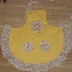 sarı çiçekli mutfak önlük modeli