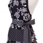 siyah çiçek desenli mutfak önlük modeli