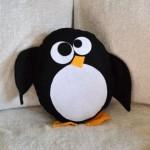siyah beyaz penguen desenli peluş yastık modeli