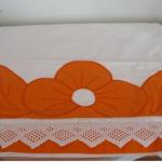 turuncu çiçek desenli aplike pike takımı
