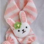 turuncu beyaz tavşan figürlü örgü bebek atkısı