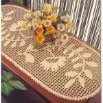 yapraklı çiçek desenli dantel konsol örtü örneği