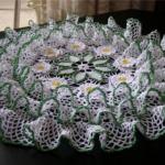yeşil beyaz fırfırlı çeyizlik dantel örtü modeli